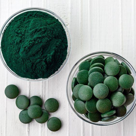 spiruline en comprimé et poudre verte