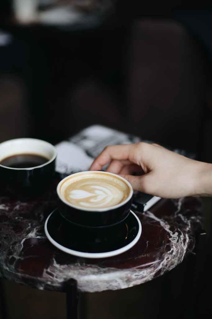 le café sur le comptoir
