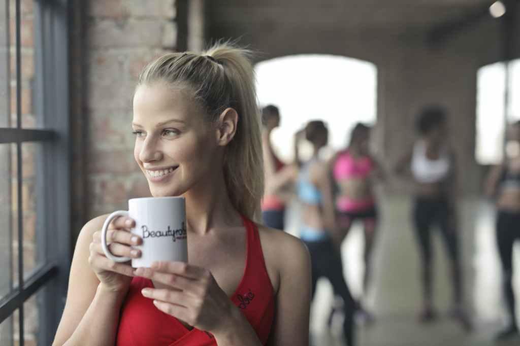 sportive prenant son café